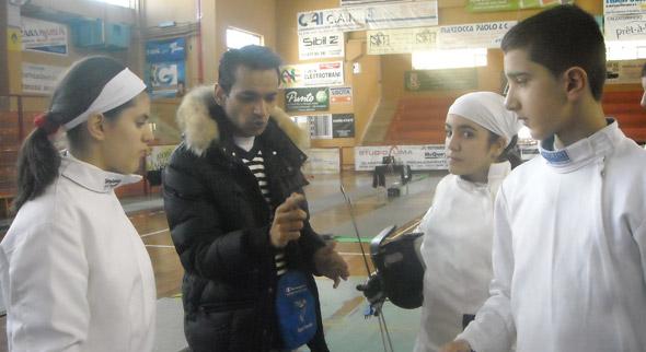 Il tecnico Rajput parla con gli allievi