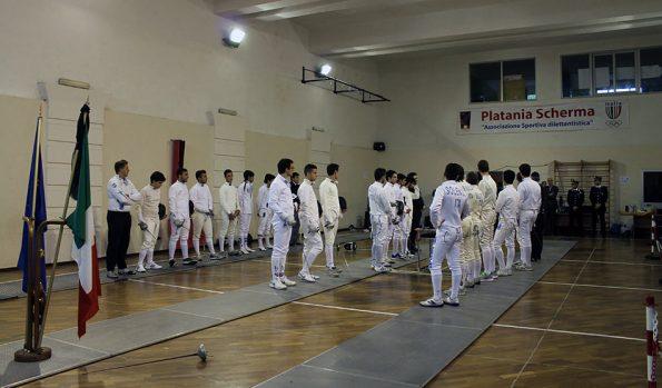Atleti schierati per l'inno nazionale