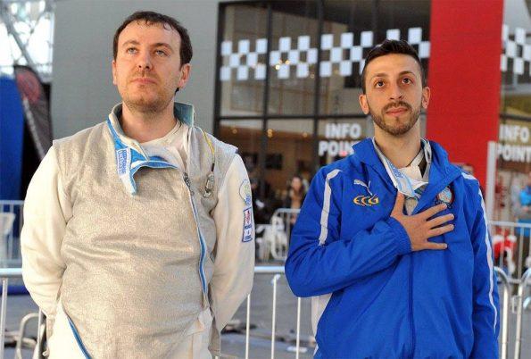 Matteo Perri e Paolo Bruno durante l'inno nazionale